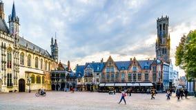 Bâtiments historiques hôtel de ville et de la basilique du sang saint sur la place de Burg avec la tour de beffroi à Bruges, Belg photos libres de droits