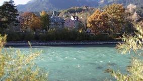 Bâtiments historiques par la rivière d'auberge banque de vidéos