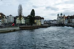 Bâtiments historiques sur les rivages de la luzerne de lac en Suisse Photo stock