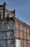 Bâtiments industriels détruits et abandonnés de brique rouge Photographie stock libre de droits