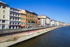 Bâtiments italiens à côté du fleuve Arno Photo libre de droits