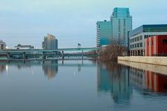 Bâtiments le long de rivière grande photos stock