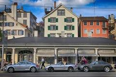 Bâtiments, les gens et voitures de luxe chères sur la rue dans Zur Image libre de droits