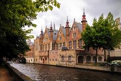Bâtiments médiévaux historiques le long d'un canal à Bruges, Belgique Image stock
