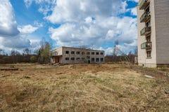 bâtiments militaires abandonnés dans la ville de Skrunda en Lettonie photos libres de droits