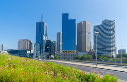 Bâtiments modernes avec le jardin de fleur à Melbourne Photo libre de droits
