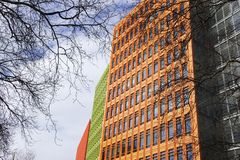 Bâtiments modernes colorés avec des branches d'arbre à Londres Images libres de droits