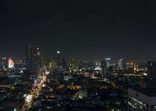 Bâtiments modernes dans la région de silom de Bangkok Thaïlande la nuit Photos libres de droits