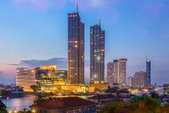 Bâtiments modernes dans la ville avec la réflexion de l'eau, feu d'artifice, exposition légère à la nuit image stock