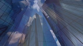 Bâtiments modernes de bureaux à ciel bleu banque de vidéos