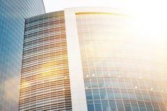 Bâtiments modernes de gratte-ciel d'affaires avec l'effet de lumière du soleil Image stock