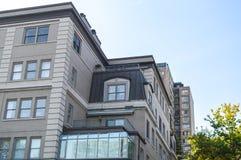 Bâtiments modernes de logement avec les fenêtres énormes Image libre de droits
