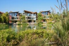 Bâtiments modernes de logement de Waterside dans l'après-midi ensoleillé d'hiver Photos libres de droits