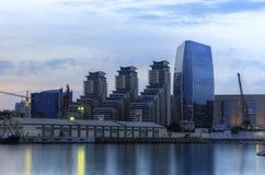 Bâtiments modernes et le port à Bakou (Azerbaïdjan) Photos stock