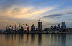 Bâtiments modernes et le port à Bakou (Azerbaïdjan) Image stock