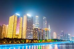 Bâtiments modernes la nuit à Canton Photos libres de droits