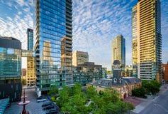 Bâtiments modernes le long d'avenue de Yorkville dans le Midtown Toronto, Onta Image stock
