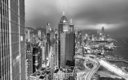 Bâtiments modernes noirs et blancs de Hong Kong la nuit Images stock