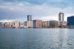 Bâtiments modernes sous le ciel nuageux Izmir, Turquie Image libre de droits