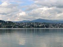 Bâtiments modernes sur la banque de la rivière de Zurich, ciel nuageux Image libre de droits