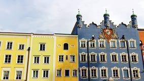 Bâtiments municipaux historiques de ville Burghausen images libres de droits