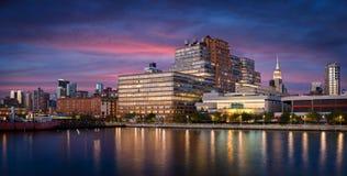 Bâtiments occidentaux de Chelsea au coucher du soleil de Hudson River, New York CIT photos stock