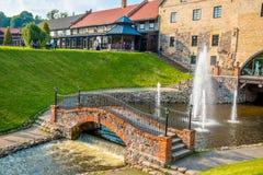 Bâtiments, pont et fontaine de Belmontas image libre de droits