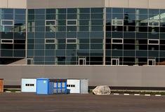 Bâtiments provisoires sur le chantier de construction Photo stock