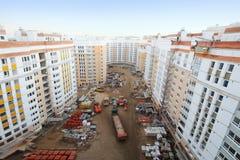 Bâtiments résidentiels à plusiers étages en construction, camions photographie stock