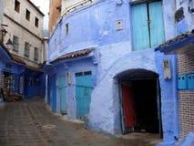 Bâtiments résidentiels bleus en Médina de Chefchaouen Images libres de droits