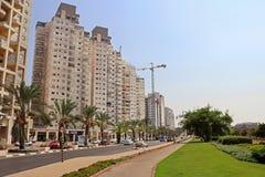 Bâtiments résidentiels modernes sur l'avenue dans Ashkelon Photos libres de droits