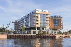 Bâtiments résidentiels modernes sur les banques de la rivière à Danzig poland image libre de droits