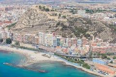 Bâtiments sur la côte d'Alicante, et château Images stock
