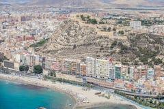Bâtiments sur la côte d'Alicante, et château Photos stock