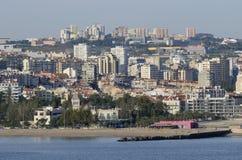 Bâtiments sur la côte du Portugal Photos stock