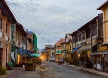 Bâtiments sur la rue de la vieille ville de Kampot cambodia photographie stock libre de droits