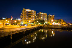 Bâtiments sur le bord de mer la nuit, au point de Fell, Baltimore photos libres de droits