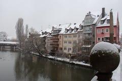 Bâtiments sur le canal de rivière de Pegnitz dans l'horaire d'hiver nuremberg bavaria l'allemagne image stock