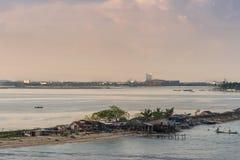 Bâtiments sur le Long Island de Gusung Laelae Caddi, Makassar, Sulawesi du sud, Indonésie photos libres de droits