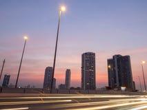 Bâtiments sur le pont Bangkok de Taksin pendant le crépuscule Image libre de droits