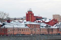 Bâtiments sur le remblai de Luzhnetskaya en hiver Images libres de droits