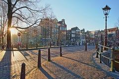Bâtiments tordus et colorés d'héritage le long de canal de Herengracht et à côté de canal de Brouwersgracht, Amsterdam images libres de droits