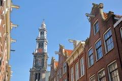 Bâtiments tordus et colorés d'héritage, situés le long de la rue de Bloemstraat, avec le clocktower d'église de Westerkerk dans l image libre de droits
