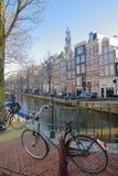 Bâtiments tordus et colorés d'héritage, situés le long du canal de Bloemgracht, avec le clocktower d'église de Westerkerk dans le image stock