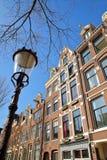 Bâtiments tordus et colorés d'héritage, situés le long du canal de Bloemgracht dans Jordaan, Amsterdam photos stock