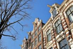 Bâtiments tordus et colorés d'héritage, situés le long du canal de Bloemgracht dans Jordaan image stock