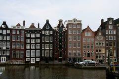 Bâtiments traditionnels d'Amsterdam sur un canal, maisons de canal-side sur l'eau Photos stock