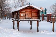 Bâtiments traditionnels de ferme des peuples du nord lointain : pavillon de chasse sur de hauts poteaux en bois pour le stockage  photos stock