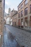 Bâtiments typiques et rue pavée en cailloutis à Bruges Photos stock