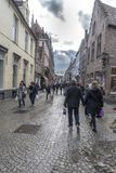 Bâtiments typiques et rue pavée en cailloutis à Bruges Photographie stock